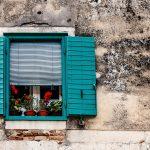 休日と平日で万端する割合を変える ある家の窓の画像