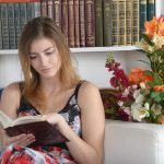 図書館で資格勉強をする女性の画像