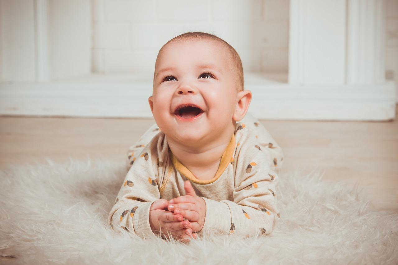 赤ちゃん便利授乳グッズ 赤ちゃんが笑う画像