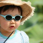 赤ちゃんにサングラスをかけてもらうと泣き止むかも