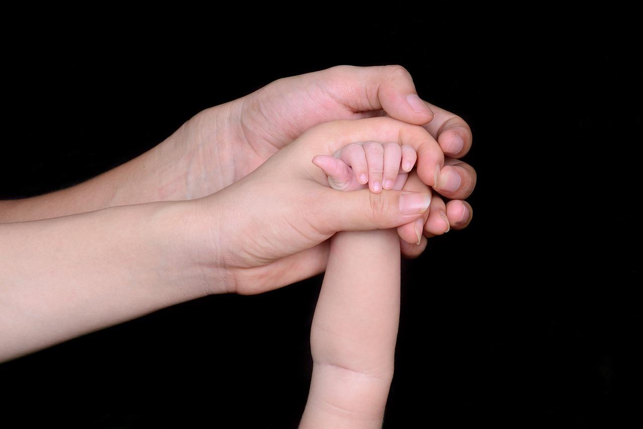 赤ちゃんに触って泣き止ませる