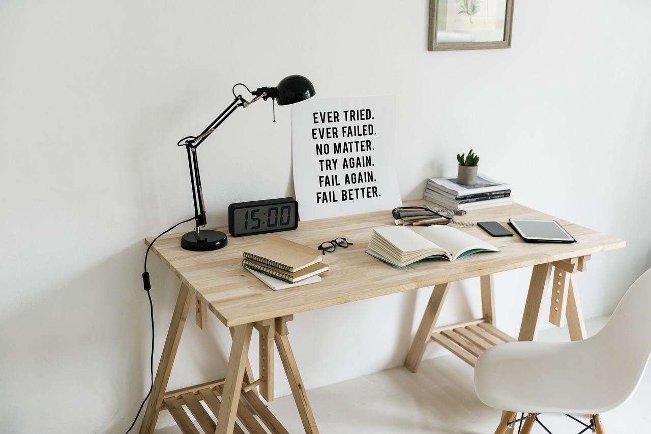 勉強ができる中学生は時間の使い方がうまい!自宅学習の机の画像