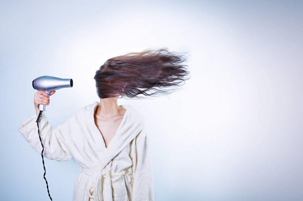 兼業主婦の時短ドライヤー法 正しい使い方は?髪を乾かす女性の画像