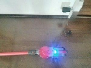 ShadoFaxコードレス サイクロン掃除機 充電している画像