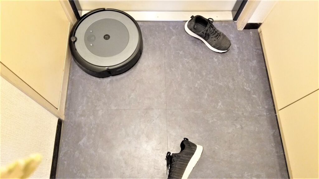 玄関に置いてある靴とたわむれうに置いてある靴とたわむれるルンバ